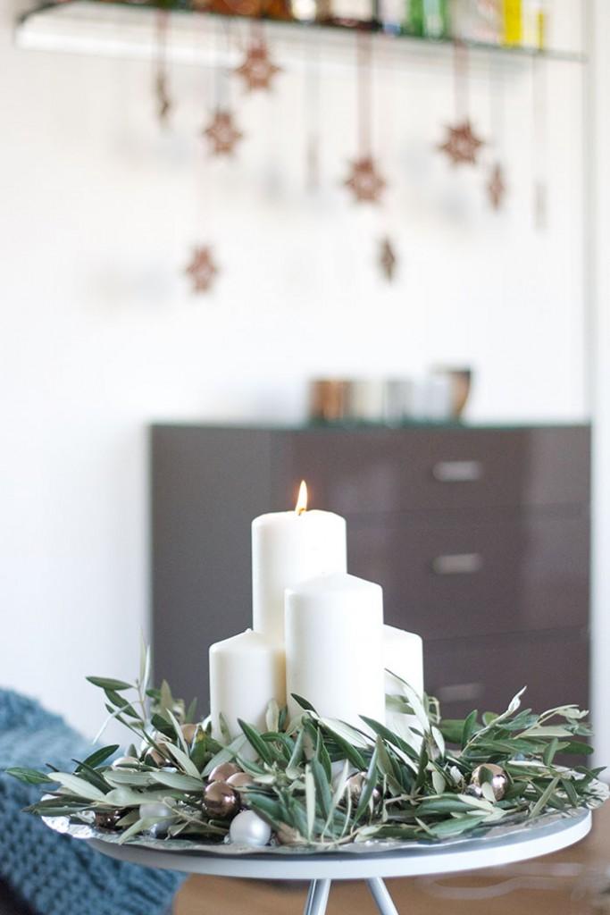 DIY Adventskranz selber machen mit Olivenzweigen und weißen Kerzen - DIY & Deko lindaloves.de
