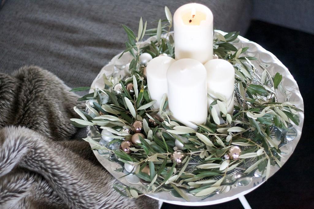 selbstgemachter Adventskranz mit Olivenzweigen, weißen Kerzen und kleinen Christbaumkugeln - lindaloves.de DIY & Dekoideen
