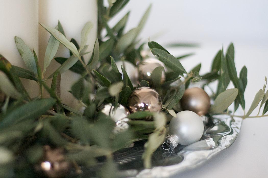 DIY Adventskranz mediterran mit Olivenzweigen auf Boho Silbertablett und mit goldenen kleinen Christbaunkugeln - lindaloves.de DIY & Deco