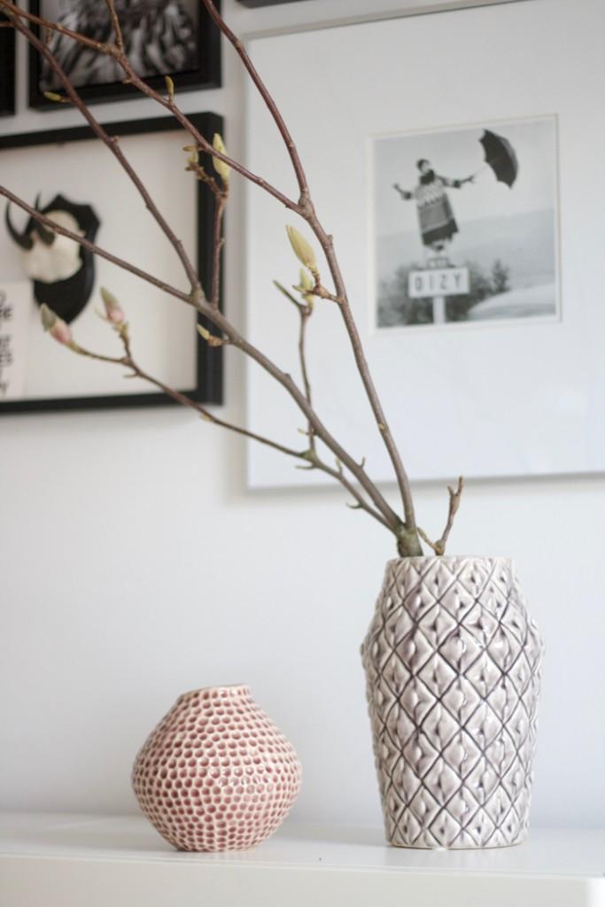 Retro Statement Vases Bloomingville mit Magnolienzweig