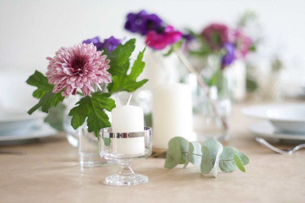 Pinke Blumen und Kerze im LIkörglas mit Silberrand