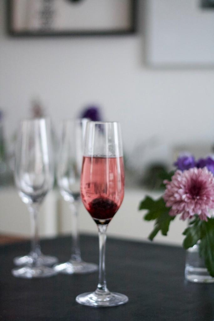 fertige Drinks - Rezept Kir Royal with a twist - DIY Blackberry Rosemary Prosecco Cocktail