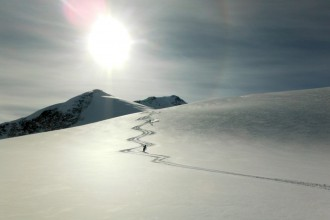 Heliskiing Sonnenuntergang - Spuren im Schnee - Kananda Heliski - lindaloves.de DIY & Deco - Life inspo