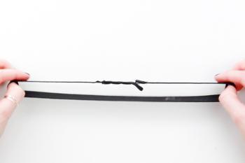 DIY schwarzes Spitzen Bralette selber machen Anleitung - Unterbrustband Verschluss festnaehen