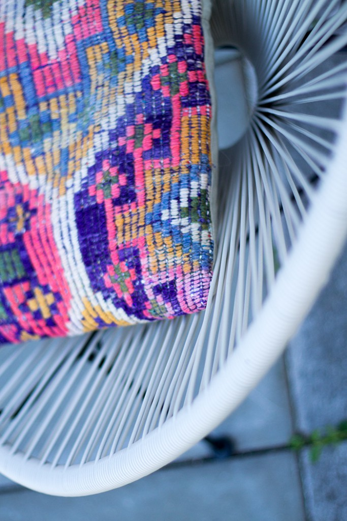 Acapulco Chair mit Kilim Pillows
