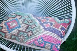 Acapulco Chair mit Kilim Kissen im Garten - Boho Deco