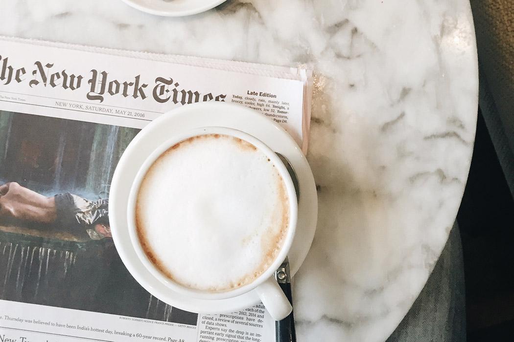 Hotel Americano New York - Marmor Tisch und Cappucino - Travel Hotel Interior Inspiration