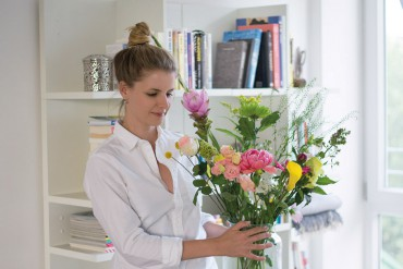 Flower Workshop Bloomon Linda arranging Flowers - DIY Blog Berlin