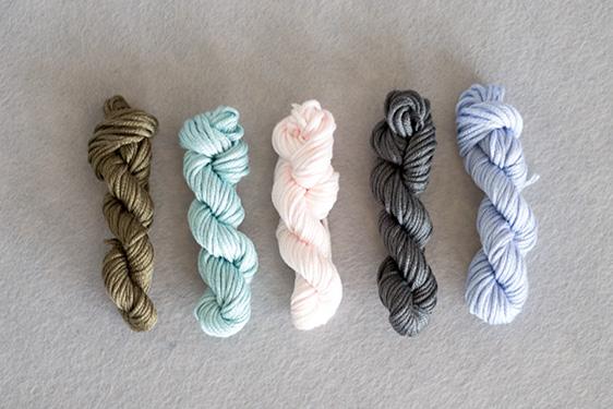 Wolle aufgerollt für Freundschaftsbändchen einfarbig in pastell - lindaloves.de DIY Blog aus Berlin