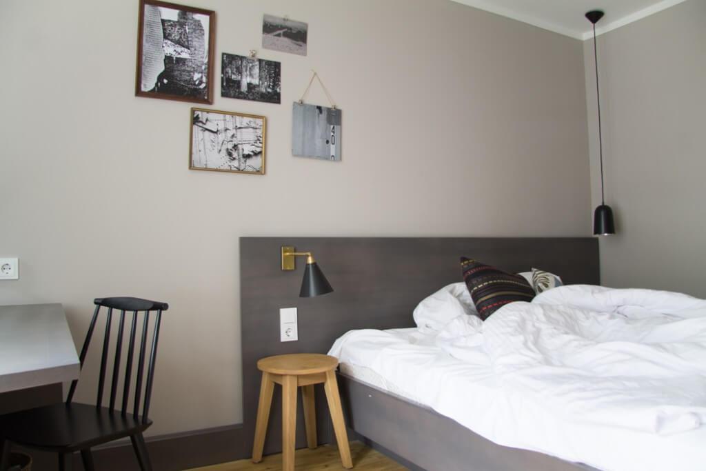 Bett und Bilderwand im Zimmer - Bold Hotel München