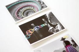 DIY: Schwarz-weiße Postkarten mit buntem Stickgarn besticken - lindaloves.de - Geschenke selber machen: Kalender wiederverwenden und aufhübschen - Bastelidee