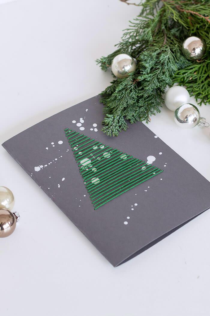 Grußkarten zu Weihnachten_bestickt mit grünem Garn und weißen Klecksen Anleitung zum selber machen