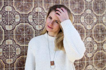 Herbstlook Fashion DIY weisser Strickpulli - Halskette mit Lederschlaufe selber machen - Schmuck DIY