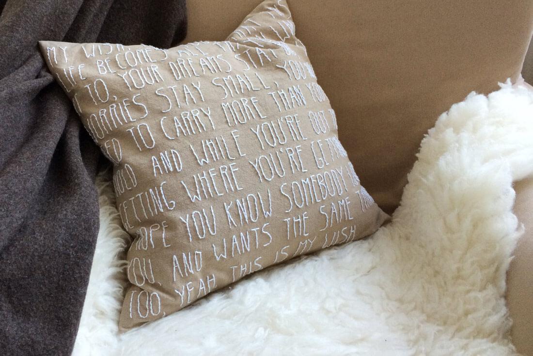 DIY Kissen besticken als persönliche Geschenkidee - Do-it-yourself Dekoration