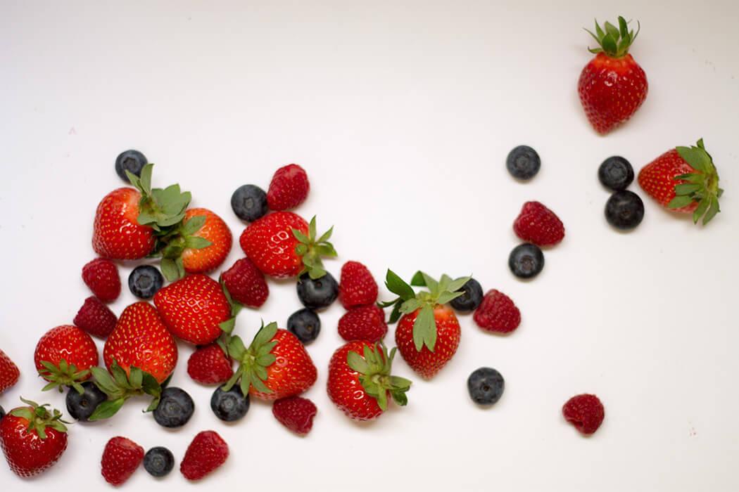 Früchte Erdbeeren Himbeeren Heidelbeeren Flatlay DIY Blog lindaloves