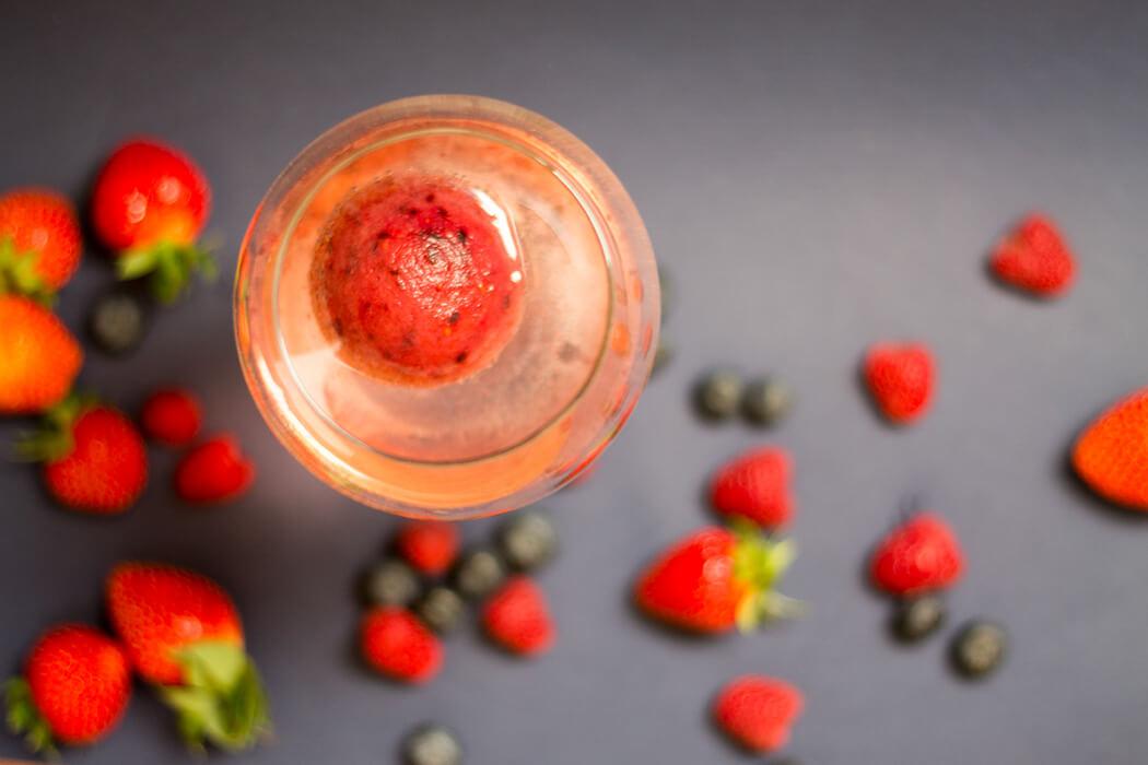 DIY Rezept Gin and Tonic Fruchcocktail mit Eiswürfel aus Erdbeeren Himbeeren und Heidelbeeren - D I Y Blog lindaloves