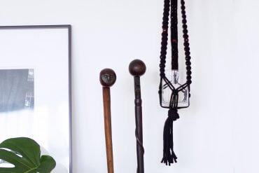 DIY Blog lindaloves.de - Makramee Pflanzenhanger schwarz mit Holzkugeln - einfache Anleitung aus Kreuzknoten