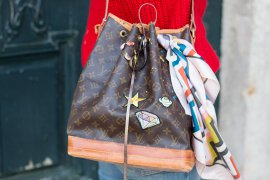 LV Upcycling Workshop Louis Vuitton Noe verzieren mit Patches Pins Farbe Acrylfarbe - DIY Blog Fashion Lifestyle lindaloves.de