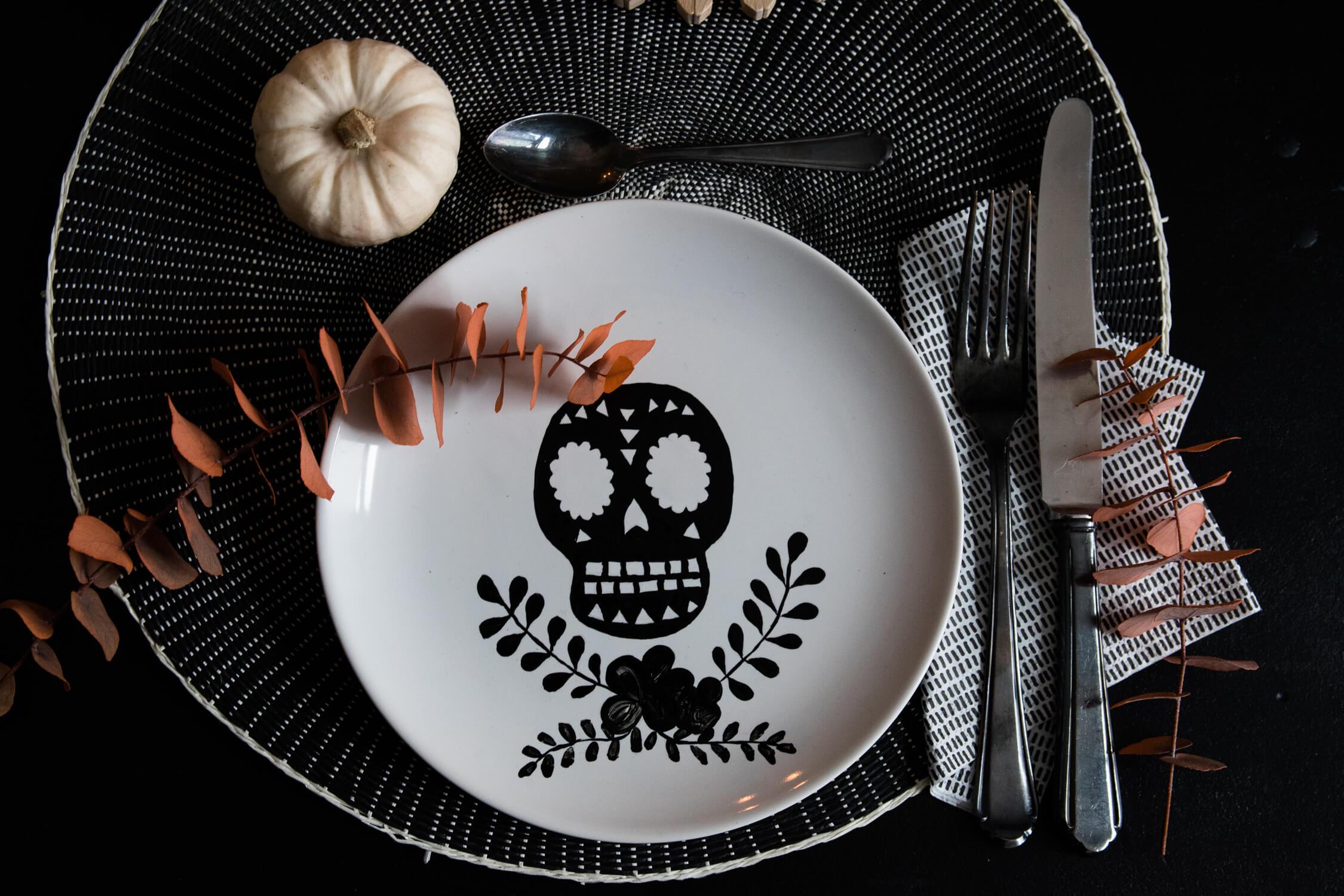 DIY Blog Carftifair Halloween Teller Skull bemalen - Porzellan
