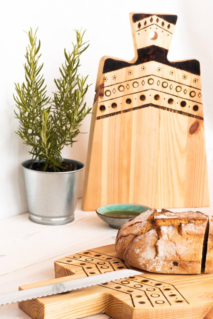 DIY Schneidebrett brennen boho selbermachen Lötkolben Holzbrett Holz Muster Blog