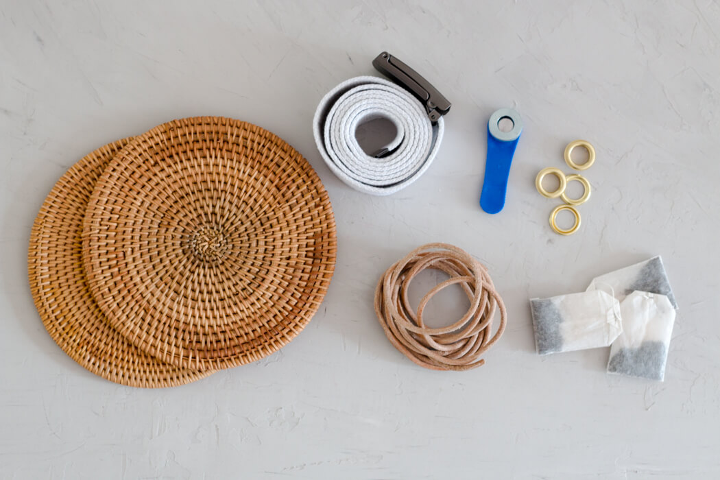 DIY Rattanhandtasche basteln aus Topfuntersetzern - Bali bag Basttasche runde Boho Tasche selber machen - DIY Blog Anleitung Material Gürtel Ösen Schwarztee
