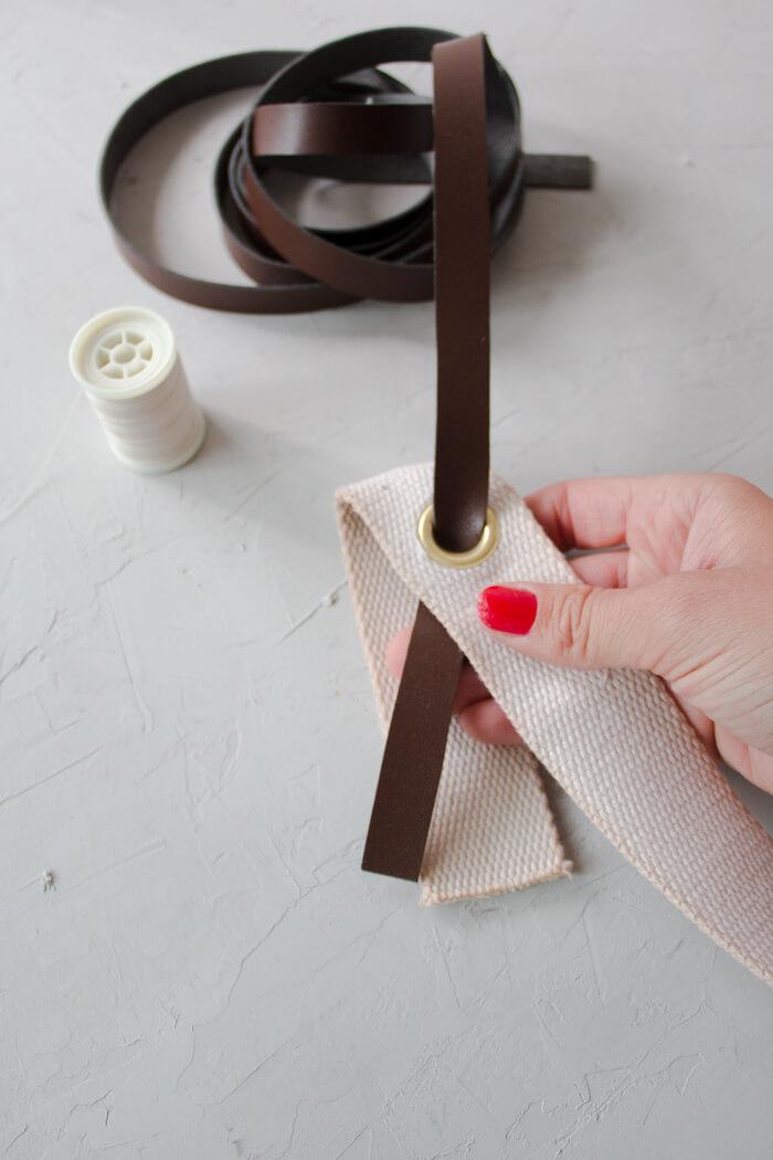 DIY Rattanhandtasche basteln aus Topfuntersetzern - Bali bag Basttasche runde Boho Tasche selber machen - DIY Blog Anleitung Lederband anbringen