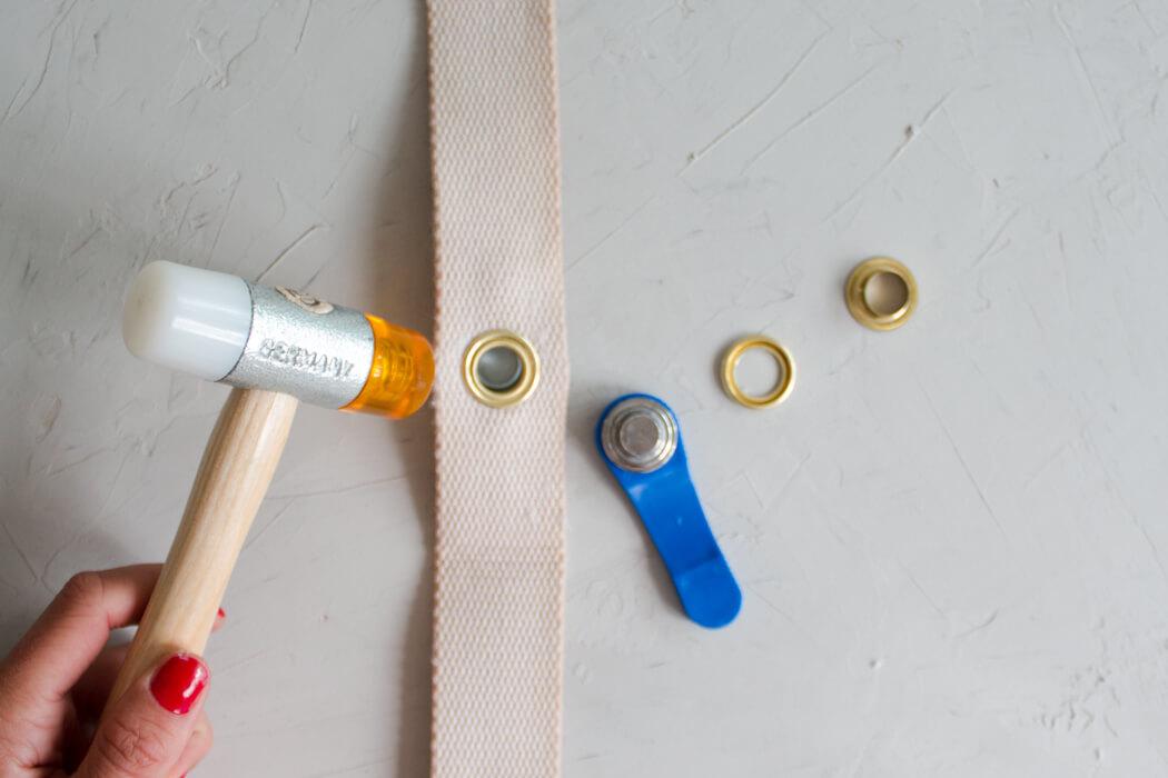 DIY Rattanhandtasche basteln aus Topfuntersetzern - Bali bag Basttasche runde Boho Tasche selber machen - DIY Blog Anleitung Ösen anbringen