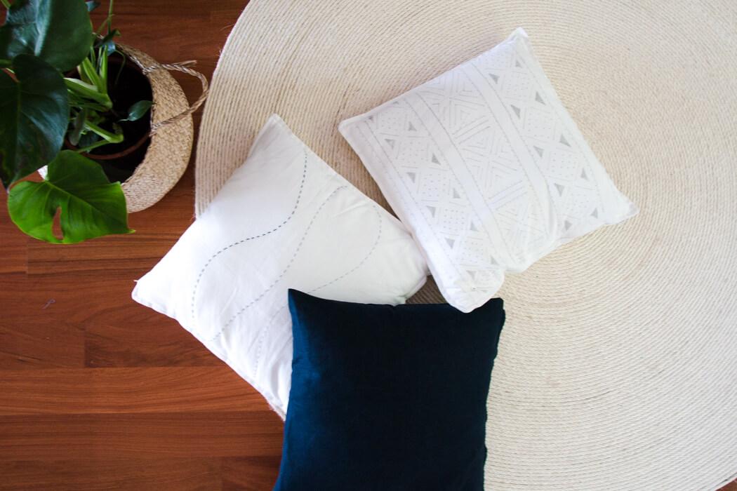 DIY Sofakissen bleichen bemalen besticken - Wohnzimmer Umstyling DIY Blog lindalvoes.de