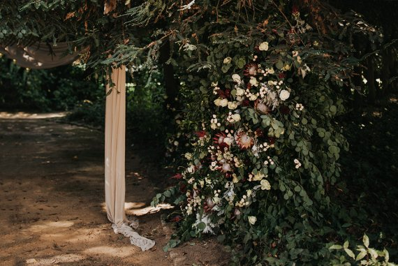 DIY Hochzeit Blumendeko Ranke im Baum Herbsthochzeit