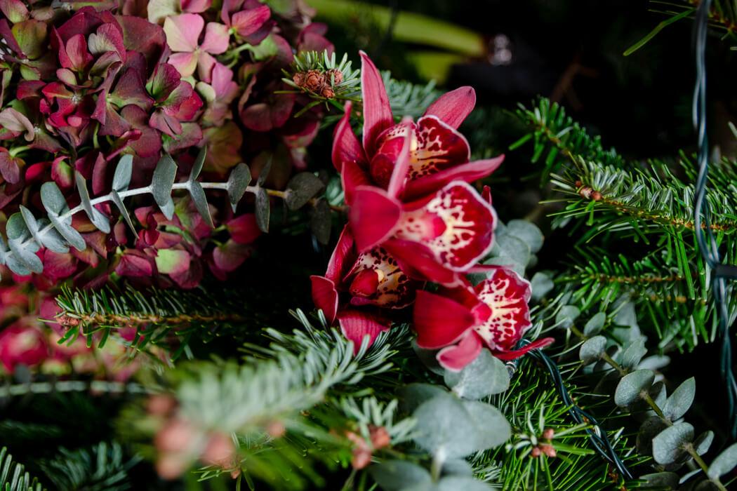 Tannenbaum Draußen Schmücken.Weihnachtsbaum Mit Blumen Und Pflanzen Schmücken