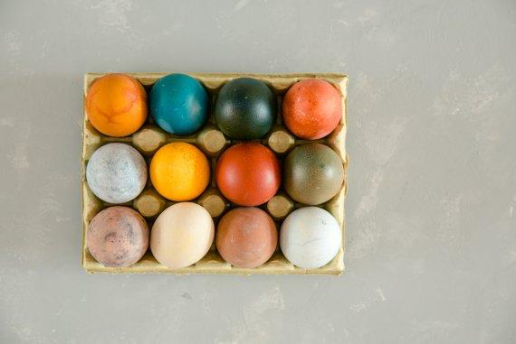 OSTER DIY - EIER FÄRBEN MIT NATURMATERIALIEN - Eier mit Lebensmitteln färben, Ostereier mit Lebensmitteln bunt färben, Ostereier selbst färben, Ostereier natürlich färben, Eier färben mit Naturmaterialien, Eier mit Naturmaterialien färben, Eier färben mit Lebensmitteln, DIY Ostern