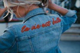 Jeansjacke mit Schriftzug besticken DIY Blog Sticken für Anfänger