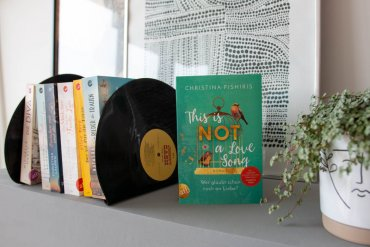 DIY SCHALLPLATTEN BUCHSTÜTZE – BUCHRELEASE: THIS IS (NOT) A LOVE SONG